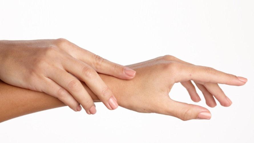 なぜ手がカサカサ、ひび割れになるのか、原因と対策